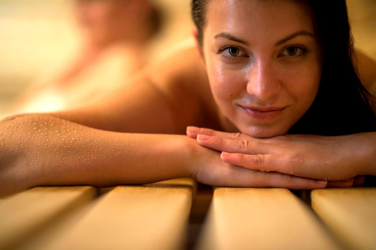 Kąpiele w saunie – korzyści dla zdrowia - dziewczyna w saunie
