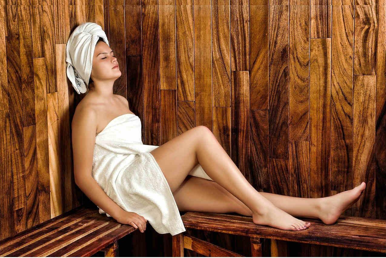 Sauna w mieszkaniu - dziewczyna w saunie
