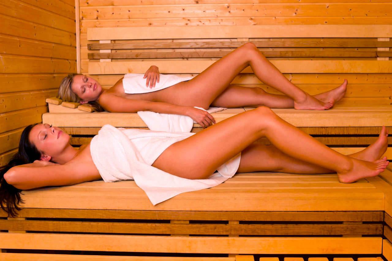 Sauny na wymiar - 2 dziewczyny w saunie