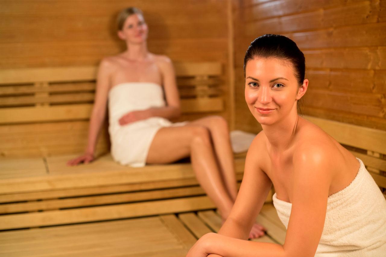 Właściwa wentylacja do sauny domowej. Dwie dziewczyny w saunie