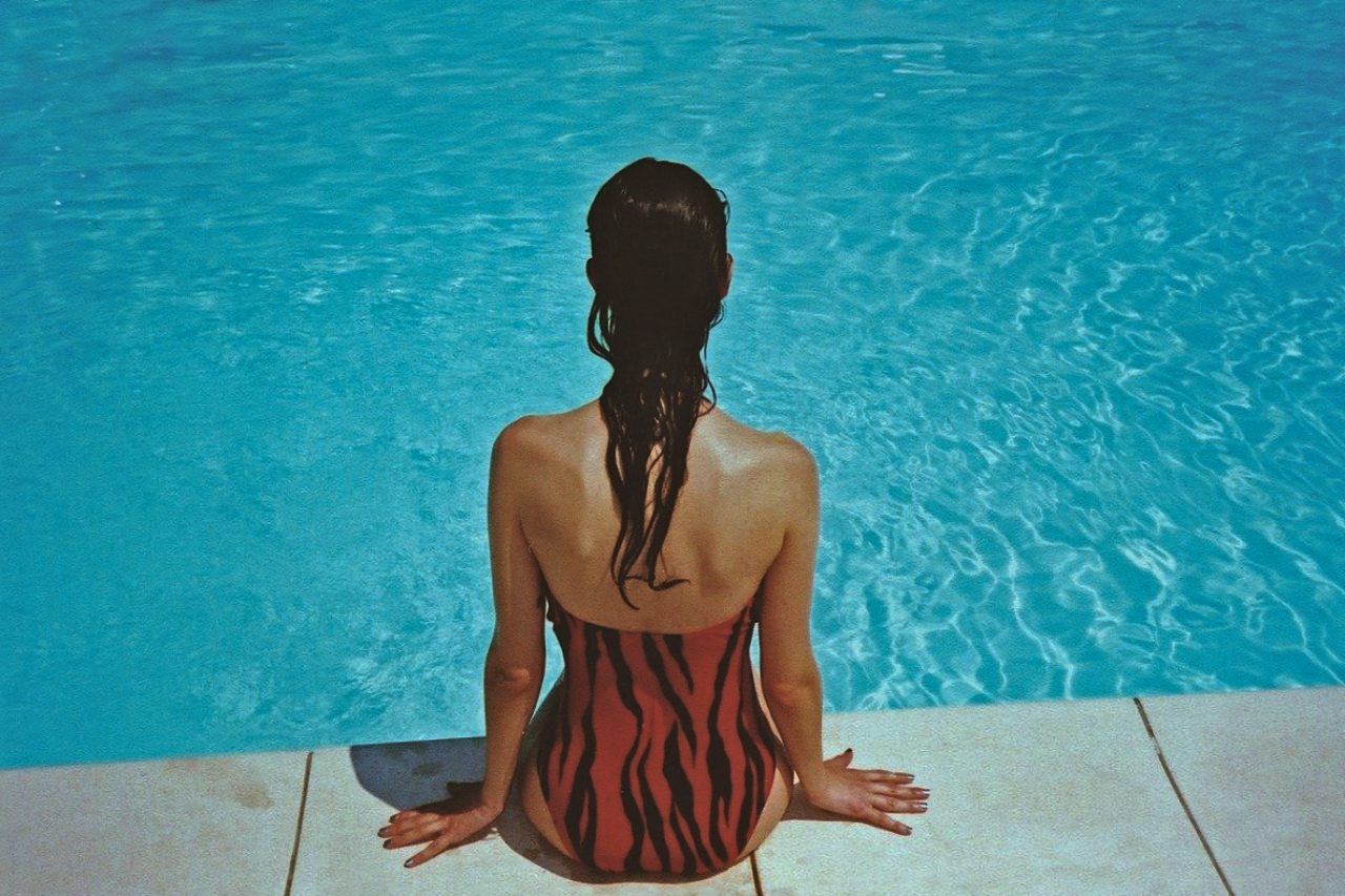 Nawierzchnia wokół basenu kobieta na brzegu