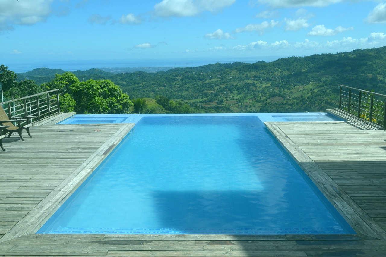 Rodzaje basenów przydomowych - basen z widokiem na góry