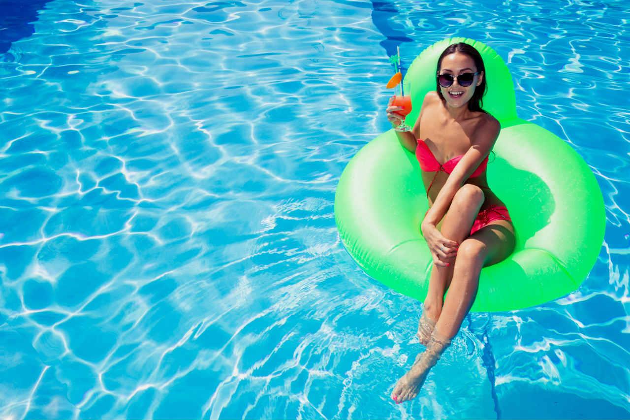 Zużycie wody w basenie - kobieta w basenie