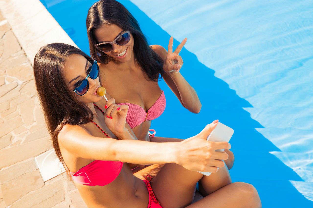 dwie piękne dziewczyny - Basen stelażowy vs basen rozporowy