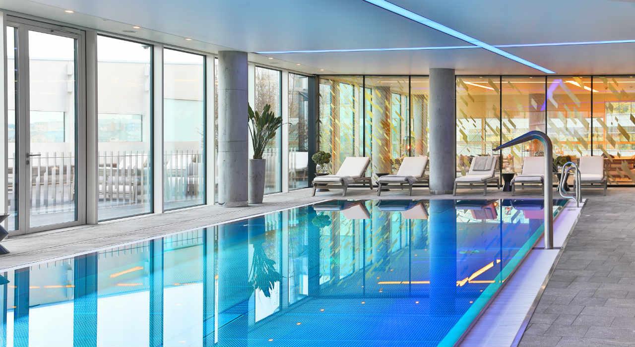 Złota 44 - basen w apartamentowcu, w którym mieszka Robert Lewandowski