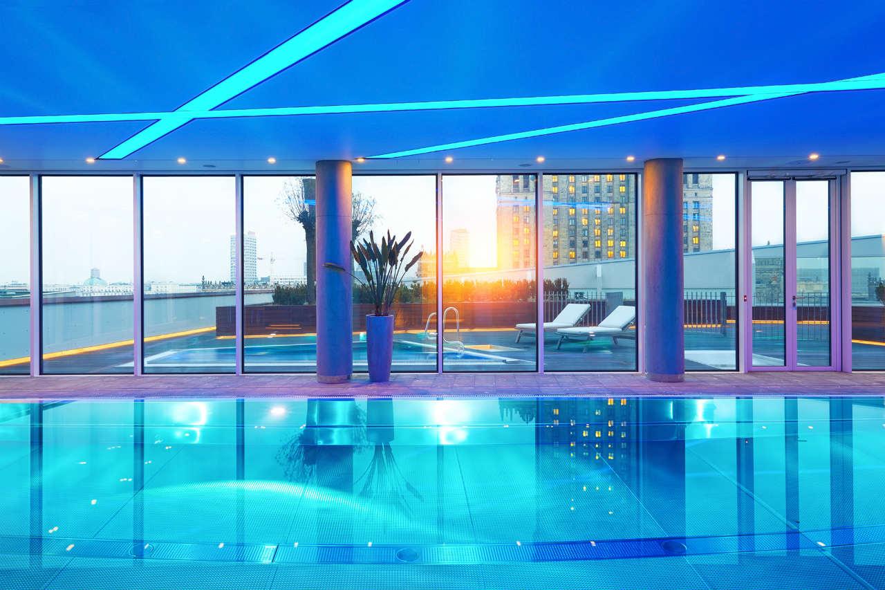 Widok z basenu na ósmym piętrze Złota 44 na Pałac Kultury i Nauki