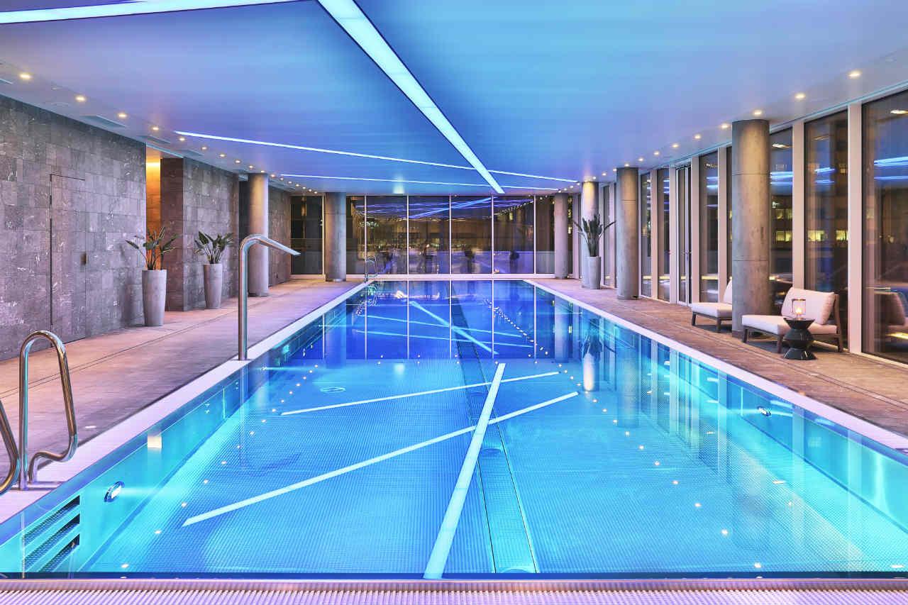 Złota 44 – basen nocą, wliczony w cenę apartamentu. Apartamentowiec Lewego