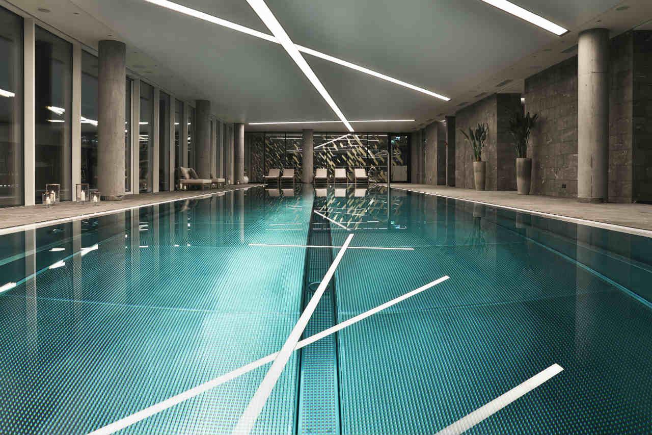 Basen na 8 piętrze Złota 44 nocą - tu pływa czasem Robert Lewandowski i Joanna Krupa