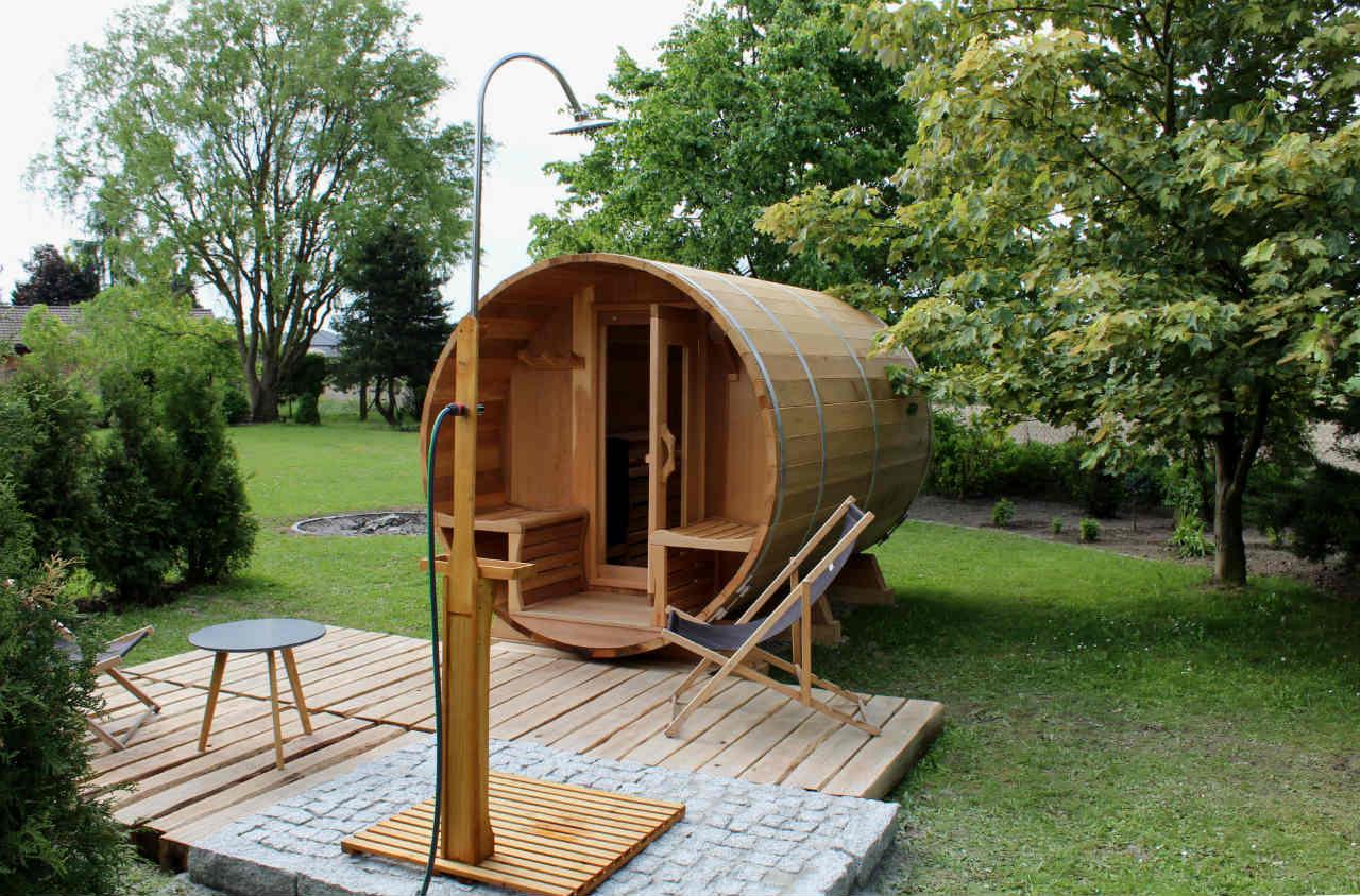 Sauna z cedru w ogrodzie