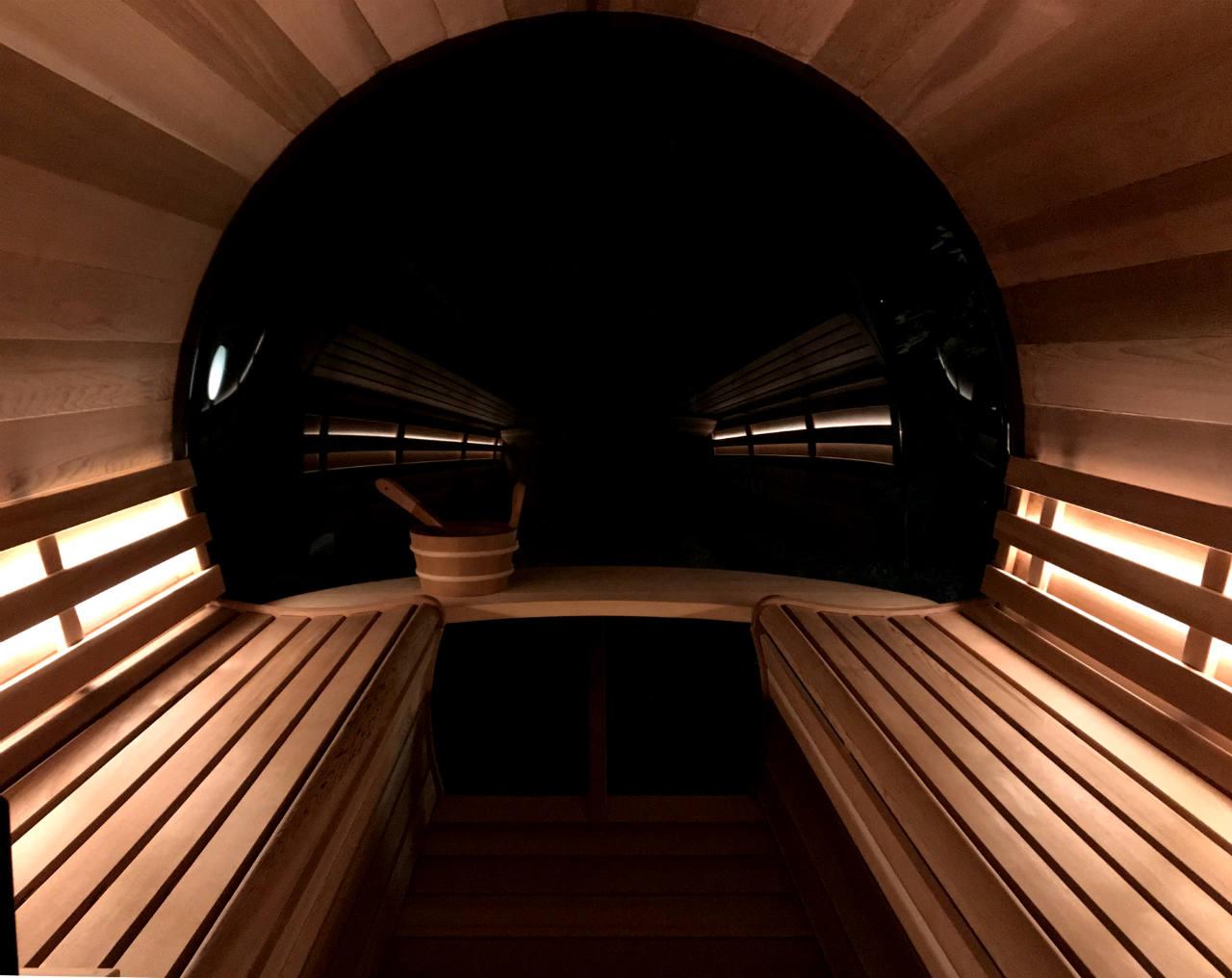 sauna cedrowa nocą od wewnątrz