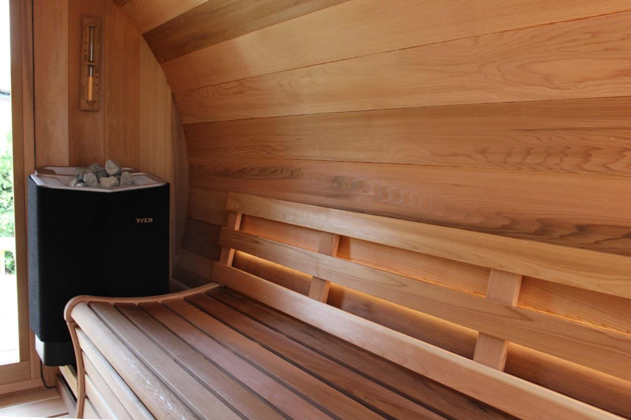 wnetrze sauny z piecem
