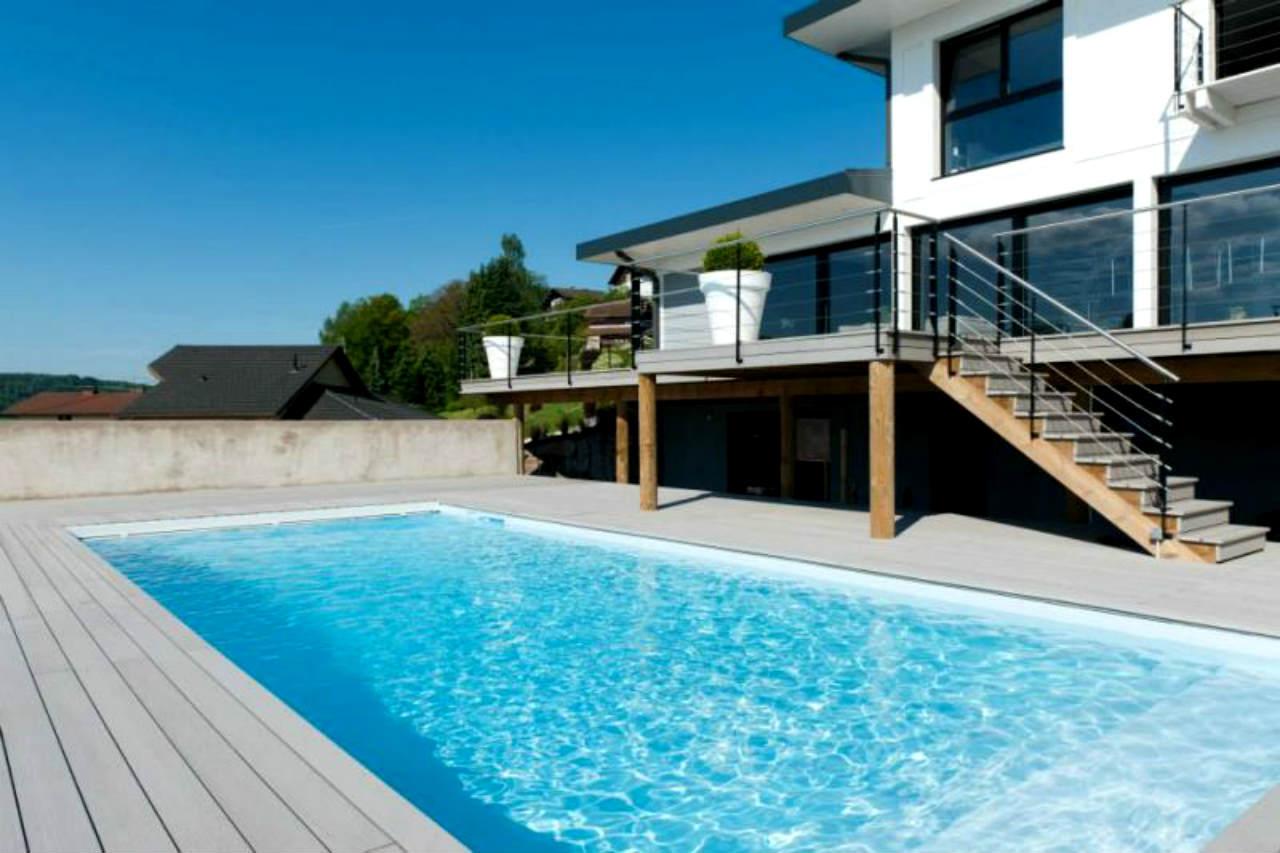 basen Magiline przy nowoczesnym domu