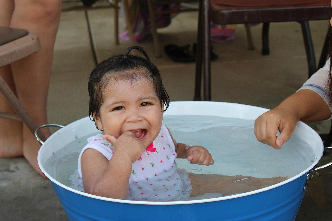 miska z wodą dla dziecka