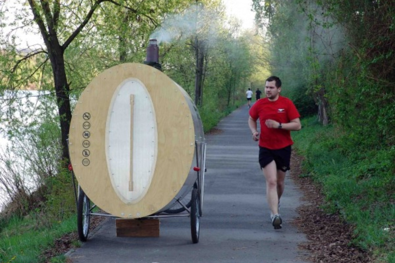 Przyczepka do roweru z sauną nad rzeką