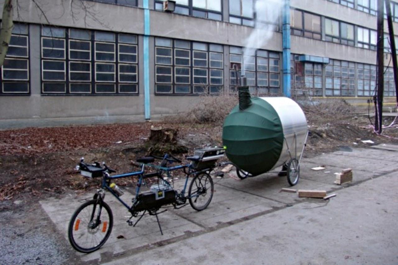 Przyczepka do roweru z sauną w akcji