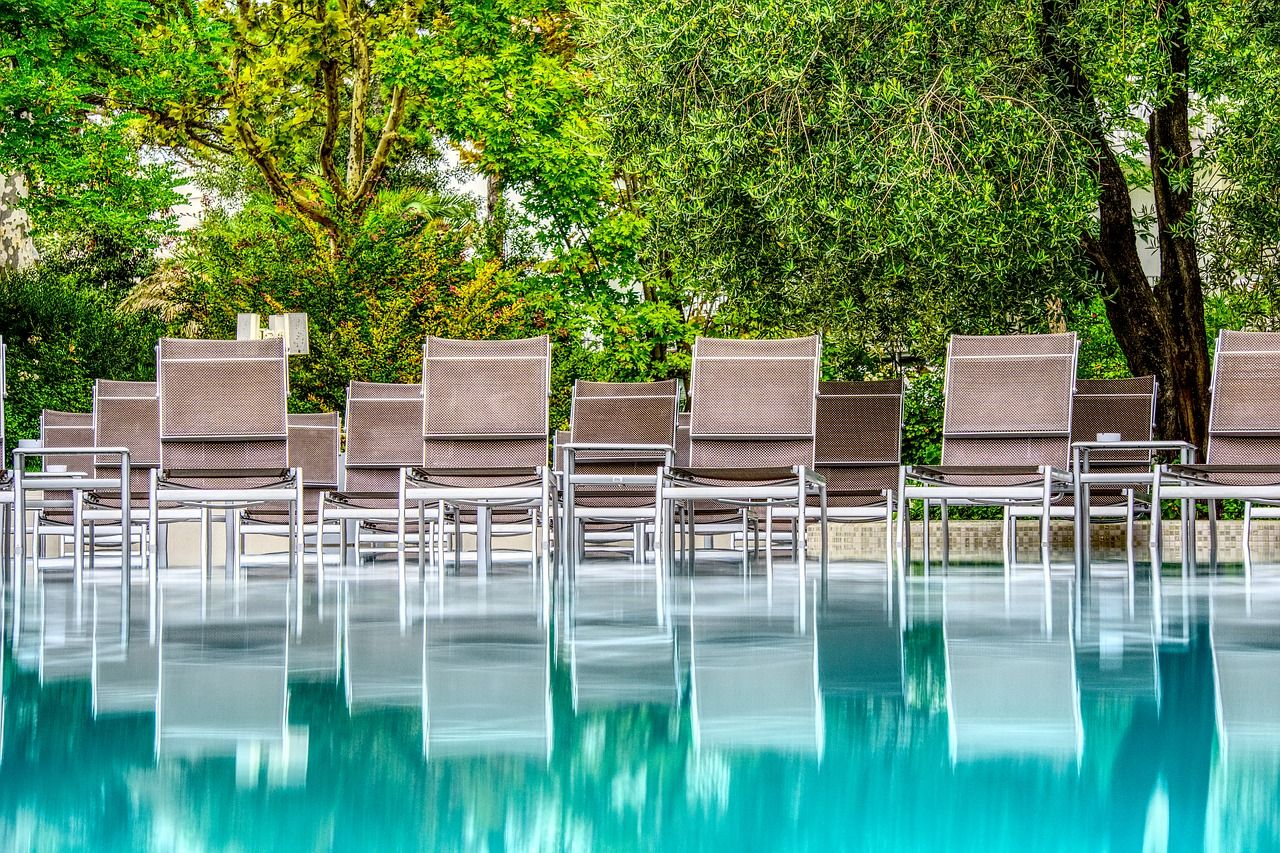 Leżaki basenowe nad basen