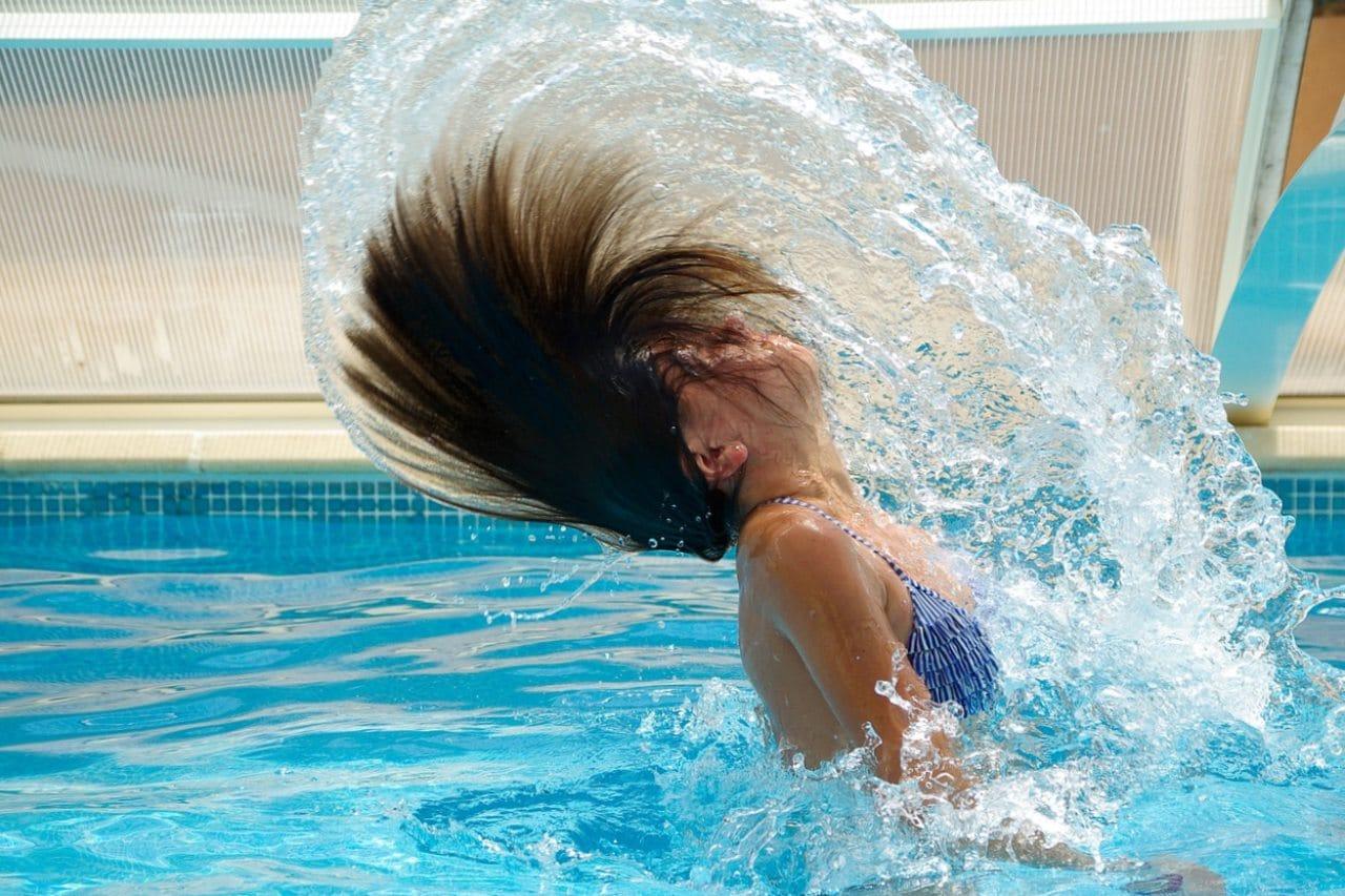 elektrolizer czysta woda dziewczyna w basenie