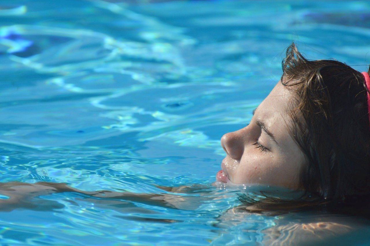 elektrolizer do basenu czysta woda dziewczynka